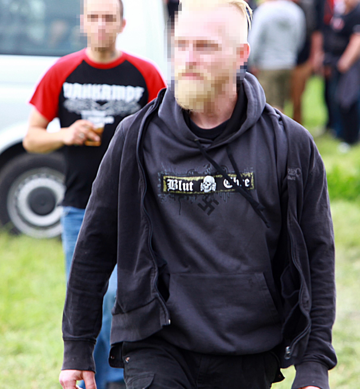 Neonazi mit Hakenkreuz-Shirt