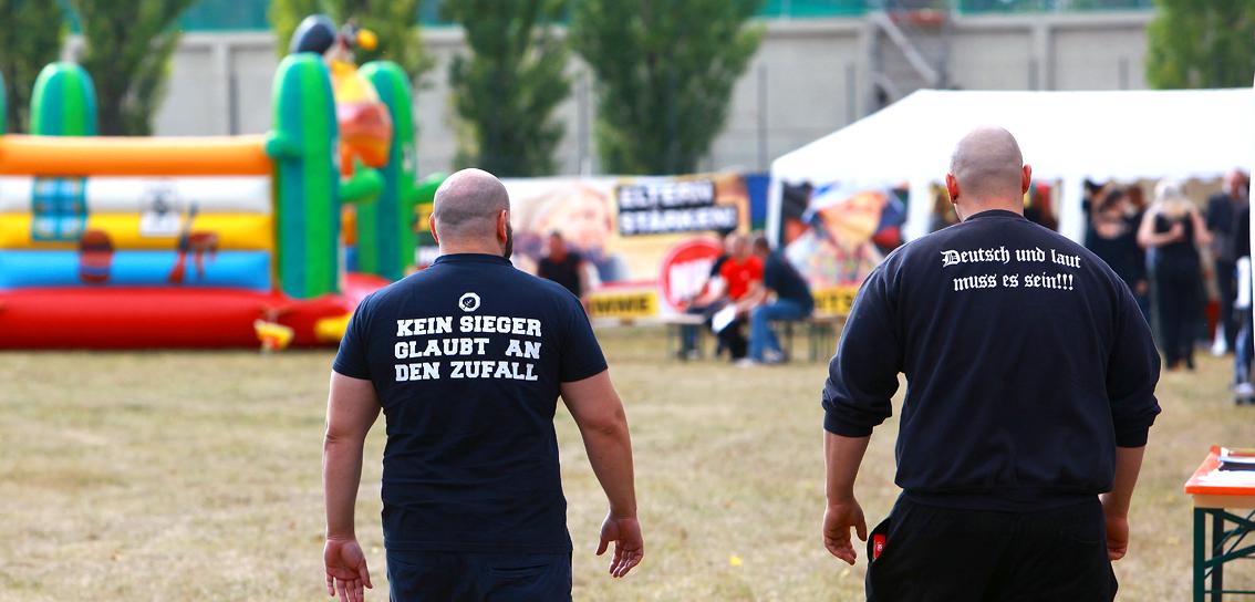Teilnehmer des Eichsfeldtages mit extrem rechten Shirts vor einer Hüpfburg