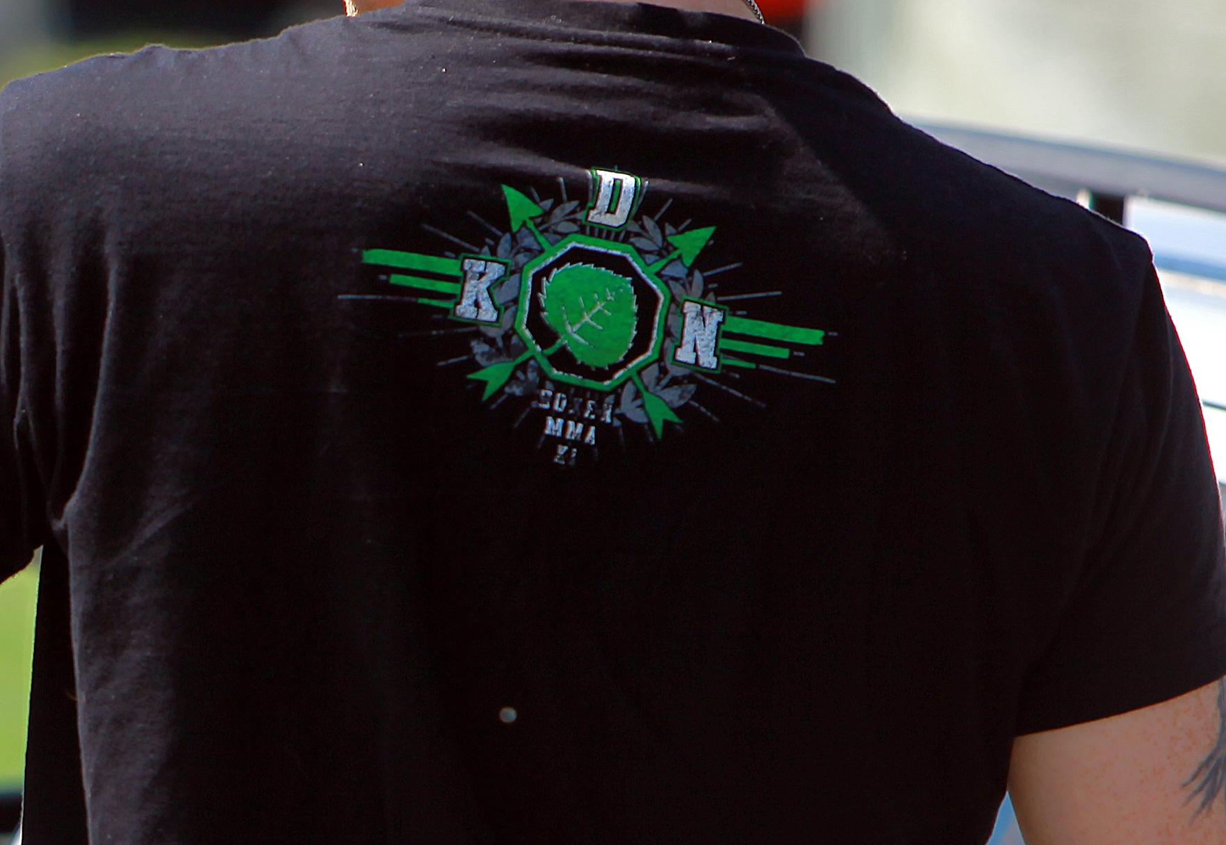 """Ein Teilnehmer des extrem rechten """"Eichsfeldtages"""" in Leinefelde 2019 mit Shirt des neonazistischen Kampfsportturniers """"Kampf der Nibelungen"""". Quelle: MOBIT"""